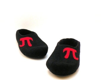 Men slippers with monogram  - monogrammed slippers for men - black red - made to order - with initial - men house shoes - Fathers day gift