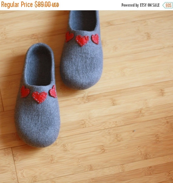 SALE Women house shoes - felted wool slippers grey with red hearts - Valentine day gift