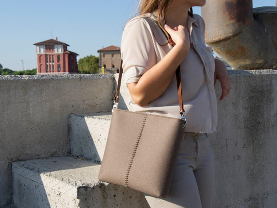 SALE - Felt small CROSSBODY BAG with leather strap / shoulder bag / taupe / felt bag / wool felt / made in Italy