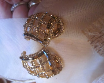 Gorgeous Vintage Gold Clip On Earrings w/ Champagne Topaz Color Rectangular Rhinestones in Bright Gold Setting, Mother of Bride, Wedding