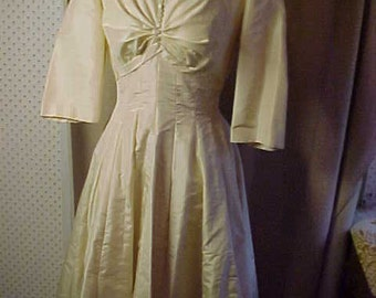 Vintage 1960s Ecru Wedding gown, Covered Buttons, Boat Neck,  Wonderful flowing skirt. #907
