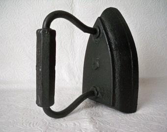 1920s Vintage Country Kitchen Cast Iron Laundry Iron made by waPak and weighs 5 pounds