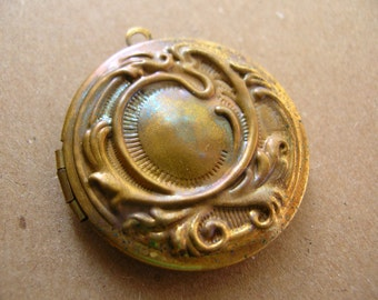 1 Brass Locket - Art Nouveau Style Locket