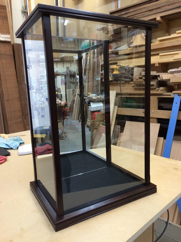 Madera y vidrio vitrina para stautes mu ecos hierlooms - Vitrinas de madera y vidrio ...