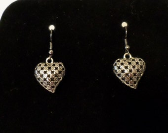 Metal heart earrings with checkered pattern