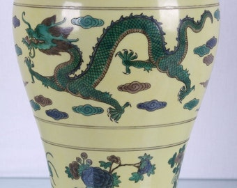 Exquisite Chinese Dragon Vase, Six Character Mark.
