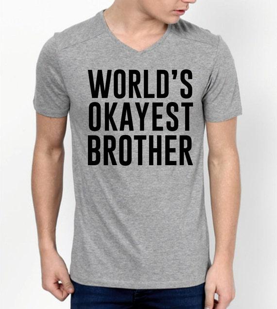 Regalo divertido del mundo Okayest hermano - camiseta del hermano - hermano - regalo de Navidad para el hermano - el regalo de cumpleaños - cuello en V suave para hombre Tee shirt