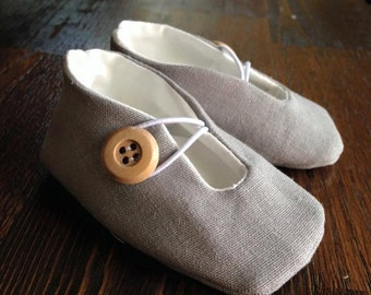 Baby shoes with button/elastic closure