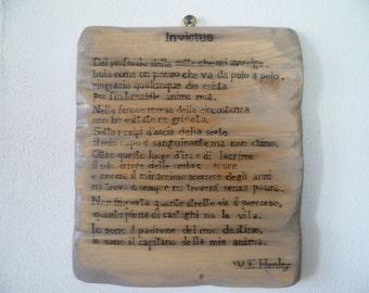 INVICTUS poesia di Ernest Henley resa celebre da Nelson Mandela scritta su legno e invecchiata