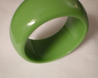 Vintage / LIME GREEN BANGLE / Bracelet / Lucite / Chunky / Fashionista / Trendy / Designer-Inspired / Runway / Retro / Chic / Accessory