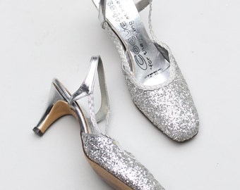 1950s silver glitter slingbacks - 50s slingback kitten heels / Coquettes - sparkly party shoes / vintage bridal heels - ladies 6 - 6.5 N