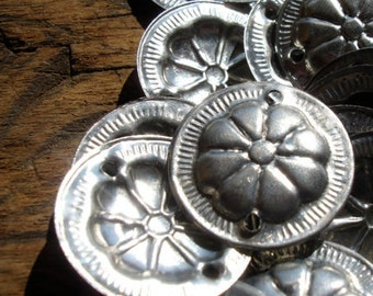10  x shiny round metal Turkoaman style coin discs with two holes