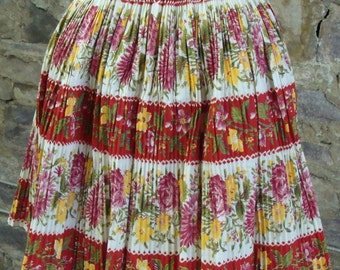 VINTAGE 1950's PLEATED APRON red floral accordion