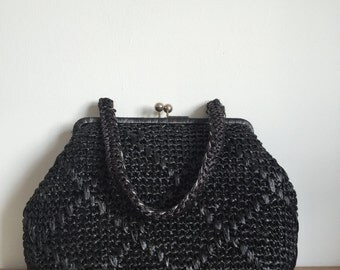 1960s Woven Black raffia handbag with kiss lock clasp