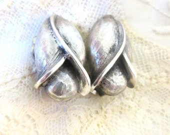 Tortolani designer flower vintage clip on earrings silver tone spring accent signed