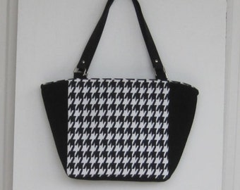 Black and white hounds-tooth tote bag with zipper