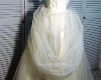 Lovely 1950s white netted wedding gown or party dress.  In very good condition.  Harry Keiser label.