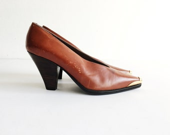 leather pumps with gold toes / 80's pumps / avant garde heels / designer shoes / tan leather heels / triangle heel pumps / size 6.5