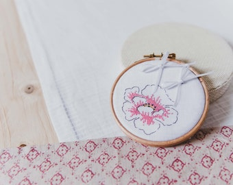 Embroidered wedding ring out of bobbin lace