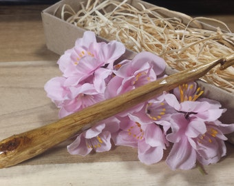 Hand Carved Crochet Hook - Lacquered Gumtree Wood - 6.5mm/K/10.5