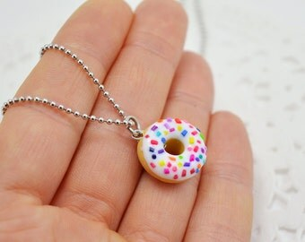 Collar donut in polymer clay, gourmet sweet jewellery, adorable necklace with small donut vanilla and multicolored sugar candy.