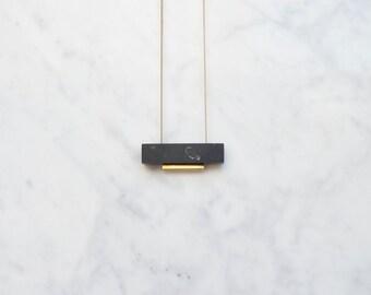 Collier en marbre noir rectangulaire