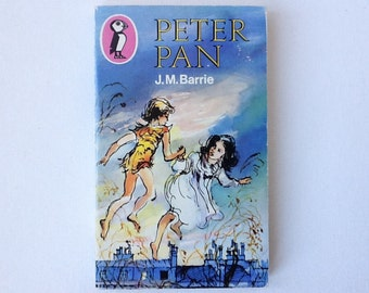 Vintage Peter Pan Book, Puffin Books Paperback, by J M Barrie, Illustrated by Richard Kennedy, 1985, 00617