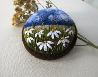 Needle felted brooch Mothers day gift Daisy Needle felted brooch with embroidery Felted landscapes Wool felt brooch Flower brooch Gift ideas