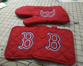 Embroidered Boston Red sox pot holder and oven mitt. Or pick your Favorite team