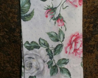 An adorable 1 pc vintage pillow case. Adorned with big leafy pink rore flowers.
