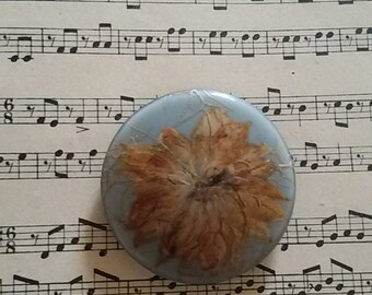 Round pin dried flowers / Vintage 70