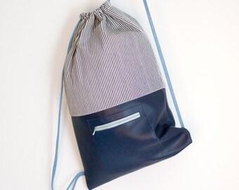 Rucksack Turnbeutel mit dunkelblauem Leder und gestreiftem Denim mit Baumwollkordel mit Reißverschlussfach