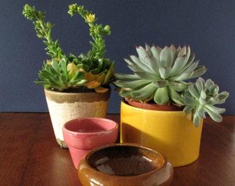 Satz von 4 Vintage Keramik Pflanzgefäße, Blumentöpfe, äußere Töpfe, rosa braun gelb weiße Sukkulenten Töpfe, Wohnkultur, Retro-Pflanzer