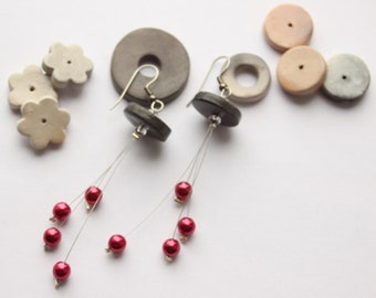 Red dangling earrings beads of glass beads black round terracotta