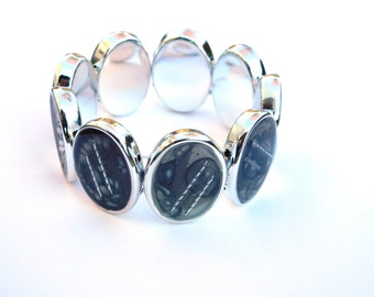 "Unique Bracelet ""Shades of Grey"", Mixed Media, Grey Silver, Metal, Stretch Barcelet, Bezel, Modern Jewellery, Aluminium"