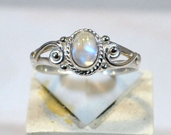 Ring in 925 silver with moonstone setting