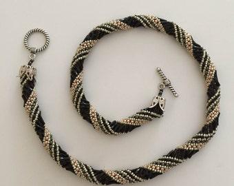 Magnifique collier russe en peyote en perle noir et argenté