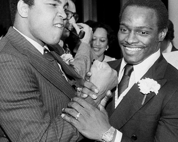 Muhammad Ali With Walter Payton in Chicago 1977 - 5X7 or 8X10 Publicity Photo (ZY-193)