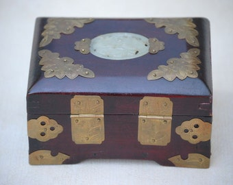 Japanese Laquer with Mother of Pearl inlaid trinket box 1940