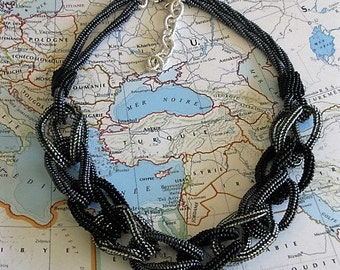 Linked beaded necklace (Bulgarie)