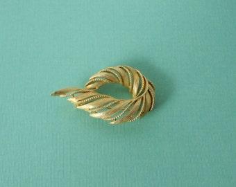 Gold tone Leaf LISNER Brooch. Lisner Pin.
