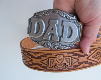 """Boho Southwest Vintage Siskiyou """"DAD"""" Belt Buckle Embossed Indian Motif Leather Belt size M 36"""