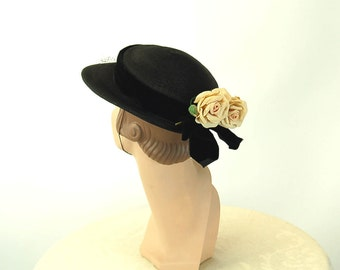 1940s hat straw hat with roses and velvet band Size 21