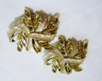 vintage gold tone ribbon and leaves clip on earrings 1015A