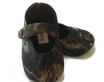 Baby Girl Shoes, Mossy Oak Camo fabric / Mossy Oak fabric Baby shoes / Camo Baby girl shoes / Newborn shoes / Infant shoes / Toddler shoes