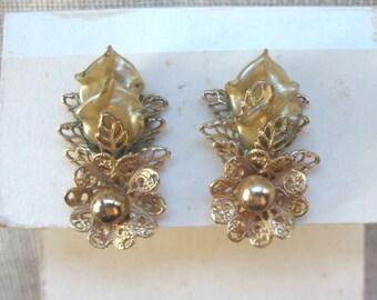 Vintage Plastic Flower Earrings ~ Clip On - Gold & Antique White