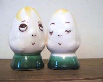 a couple of eggheads, vintage 1950s ceramic S&P shakers - retro kitsch kitchen decor
