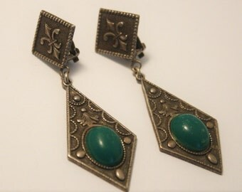 Vintage green cabochon earrings.  Fleur de lis earrings.  Clip on earrings