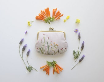 embroidered clutch purse. embroidered bag. embroidered kisslock purse. floral embroidery. floral purse.
