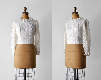 60 white blouse. m. 1960's floral lace top. collar. cropped. scalloped. 60's ruffled blouse. lace.